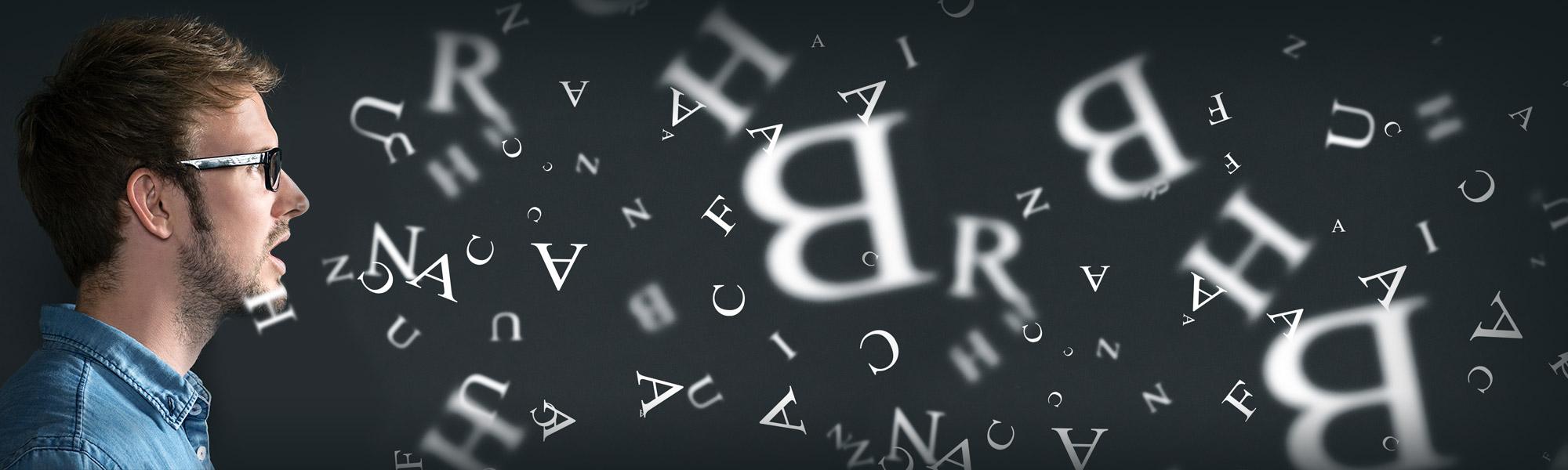 Erwachsener spricht Buchstaben